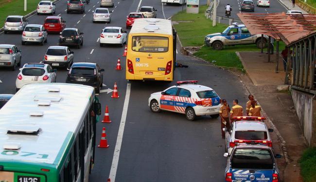 Um dos criminosos não resistiu após ser baleado - Foto: Edilson Lima | Ag. A TARDE