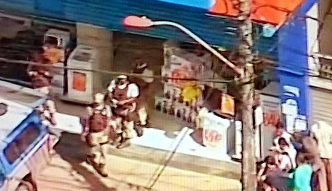 Criminosos assaltaram e fizeram reféns em loja - Foto: Reprodução   TV Record