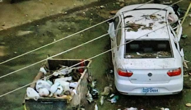 Polícia prendeu suspeitos que estavam no carro branco - Foto: Reprodução | TV Itapuan