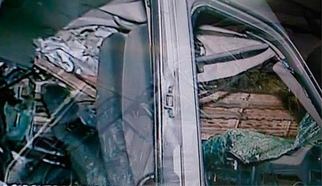 Van colidiu no fundo de caminhão e as vítimas ficaram presas nas ferragens - Foto: Reprodução | TV Record