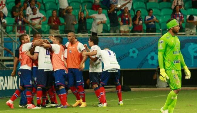 Jogadores do Bahia comemoram o quinto gol do tricolor, de Souza, cobrando pênalti - Foto: Margarida Neide | Ag. A TARDE