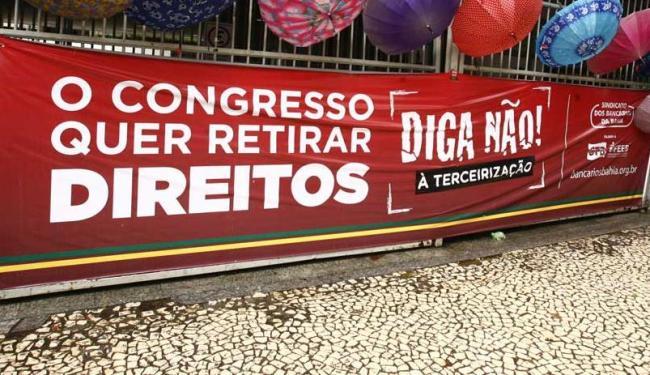 Categoria participa de manifestação em frente ao Shopping da Bahia - Foto: Luciano da Matta | Ag. A TARDE