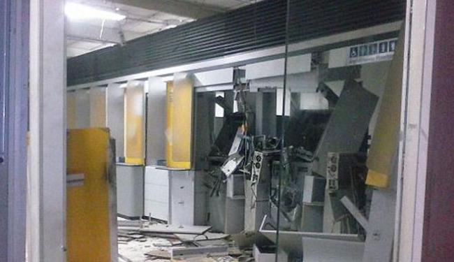 Dois caixas foram explodidos pelos assaltantes - Foto: Reprodução   Site Alô Alô Salomão
