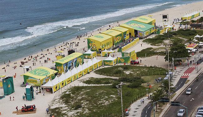 Antes do anúncio do adiamento, o público compareceu em bom número à praia da Barra da Tijuca - Foto: Divulgação l WSL l Daniel Smorigo