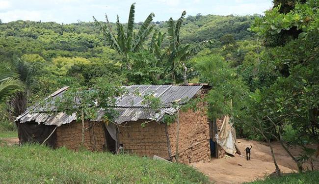 Algumas das moradias da comunidade estão em estado precário de conservação e ameaçam cair - Foto: Marco Aurélio Martins | Ag. A TARDE