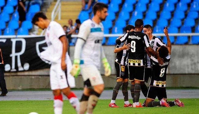 Jogadores do Vitória lamentam gol do Botafogo - Foto: Estadão Conteúdo