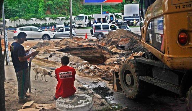 Cratera na avenida San Martin surgiu após as chuvas em Salvador - Foto: Cláudio Cassiano | Ag. A TARDE