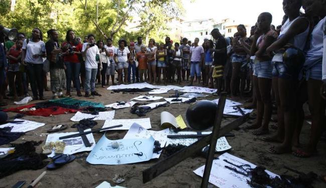 Familiares e moradores ficaram revoltados com a ação da polícia - Foto: Fernando Amorim | Ag. A TARDE