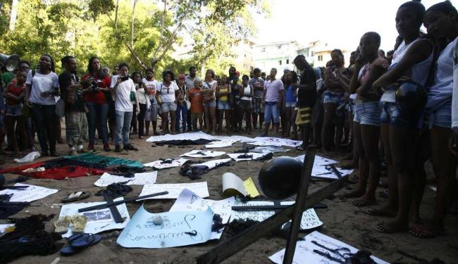 Moradores protestaram contra a morte de homens no Cabula - Foto: Fernando Amorim | Ag. A TARDE
