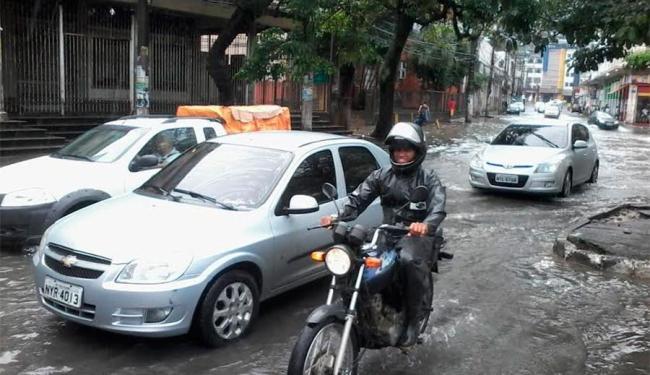 Região da Calçada está alagada nesta manhã - Foto: Edilson Lima | Ag. A TARDE