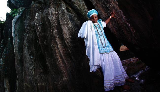 Mãe Iara torce pelo tombamento da pedra de Xangô, que já foi alvo de intolerância religiosa - Foto: Fernando Vivas | Ag. A TARDE
