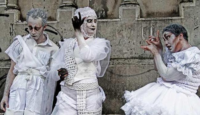 Felipe Benevides, Ana Cartaxo e Mariana Freire protagonizam o espetáculo - Foto: Alessandra Nohvais| Divulgação