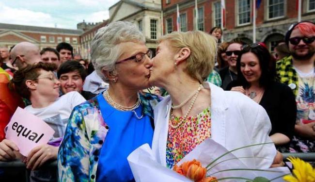 Casal se beija após aprovação de referendo na Irlanda - Foto: Agência Reuters