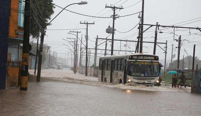 Ônibus enfrenta alagamento na rua Pedreira Franco, na Baixa do Fiscal - Foto: Joá Souza | Ag. A TARDE