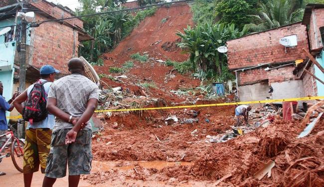 Tragédia causada pelas fortes chuvas deixou quatro mortos e seis feridos - Foto: Edilson Lima   Ag. A TARDE