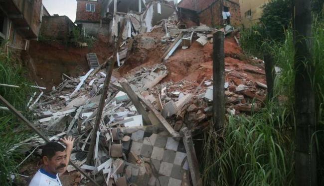 Técnicos do órgão aconselharam os moradores das casas próximas ao prédio a deixarem o local - Foto: Raul Aguilar | Ag. A TARDE