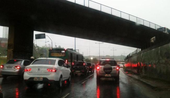 Chuva causou congestionamento na região da Rótula do Abacaxi, sentido Iguatemi - Foto: Thaís Seixas | Ag. A TARDE