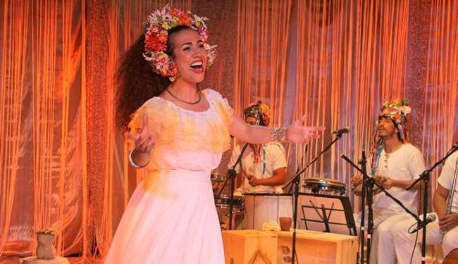 A atriz Clara Santhana no espetáculo Deixa Clarear - Musical sobre Clara Nunes - Foto: Claudia Ribeiro   Divulgação