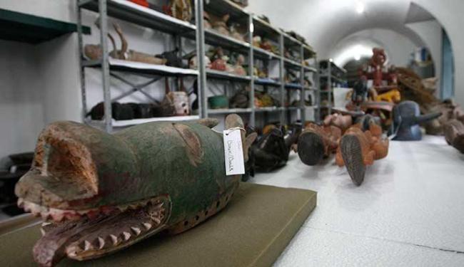 A coleção africana do Centro Cultural Solar Ferrão não possui condições ideais de armazenamento - Foto: Mila Cordeiro | Ag. A TARDE