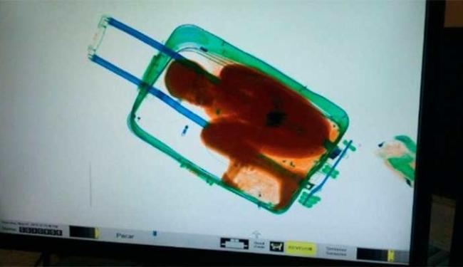 Criança foi encontrada quando a mala passou na esteira de segurança - Foto: Agência EFE