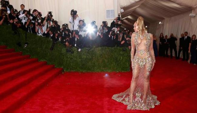 Beyoncé ousou ao usar um vestido transparente e todo bordado - Foto: Lucas Jackson l Reuters