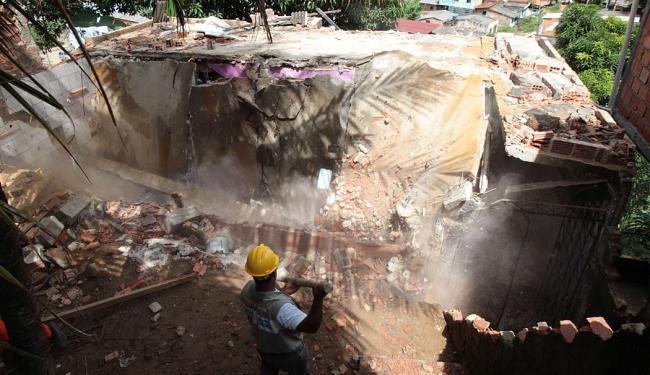 Agentes demoliram casas em áreas de risco na Boa Vista do Lobato - Foto: Lúcio Távora   Ag. A TARDE