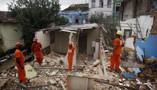 Técnicos realizaram o trabalho manualmente para não danificar imóveis tombados - Foto: Raul Spinassé | Ag. A TARDE