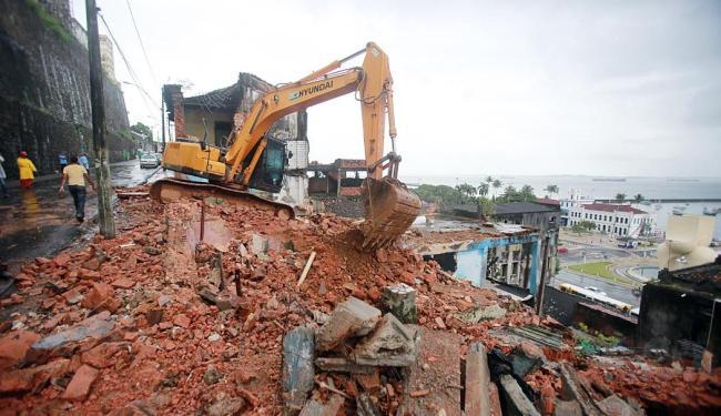 Três casarões e seis ruínas foram derrubados ontem na ladeira da Montanha - Foto: Joá Souza   Ag. A TARDE   22.05.2015