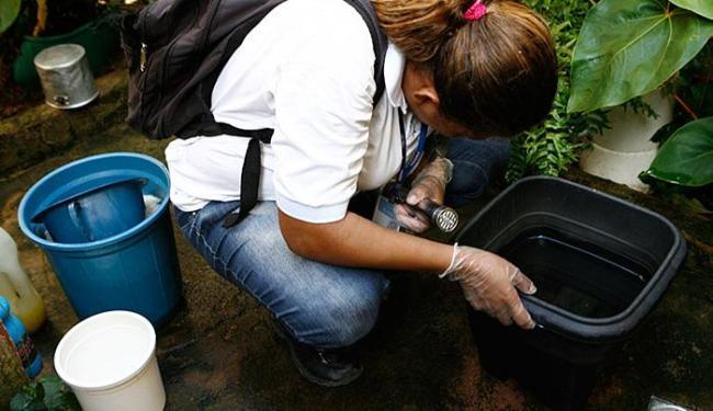 Agentes visitam imóveis na capital para exterminar transmissores da dengue, chikungunya e zika - Foto: Marco Aurélio Martins | Ag. A TARDE