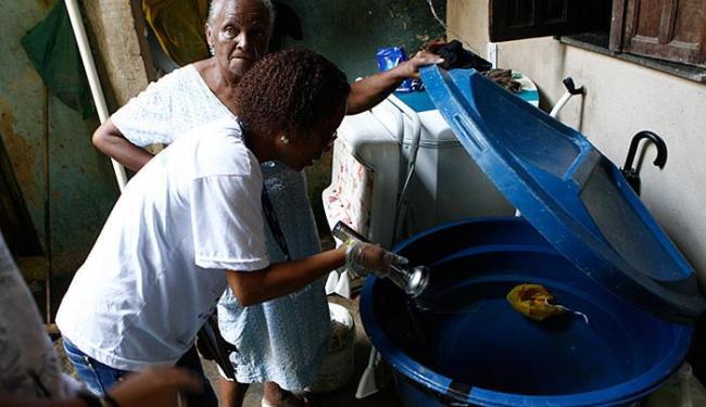 Em Pernambués, a moradora Maria Eunice possuía reservatório de água com larvas do mosquito - Foto: Marco Aurélio Martins | Ag. A TARDE