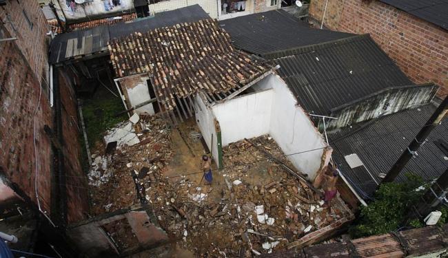 O dono do imóvel se salvou porque dormia no quarto do fundo na hora do desabamento - Foto: Margarida Neide | Ag. A TARDE