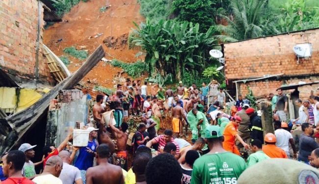 Moradores tentam auxiliar as equipes para fazer o resgate das vítimas - Foto: Mila Cordeiro   Ag. A TARDE