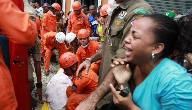Corpo de Claudenice foi retirada pelos bombeiros durante a manhã - Foto: Joá Souza   Ag. A TARDE