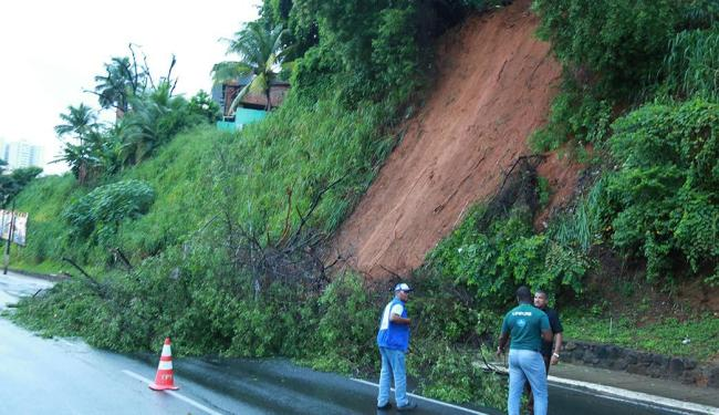 Deslizamento aconteceu no cruzamento da avenida Garibaldi com a rua da Lucaia - Foto: Joá Souza | Ag. A TARDE
