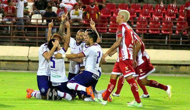 Jogadores do Bahia comemoram o golaço de Pittoni (camisa 5) diante do CRB - Foto: Itawi Albuquerque / Futura Press / Folhapress