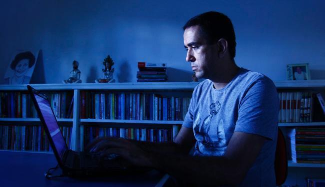 Maurício de Castro, 35, já publicou 11 livros por meio da psicodigitação - Foto: Fernando Vivas | Ag. A TARDE