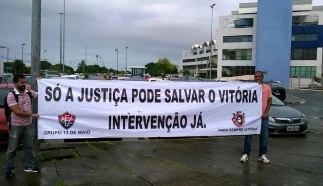 Manifestantes exibem faixa pedindo intervenção no Vitória - Foto: Reprodução