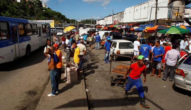 Carros de frete tomam conta de via marginal à feira, disputando espaço com pedestres - Foto: Eduardo Martins | Ag. A TARDE | 27.05.2015