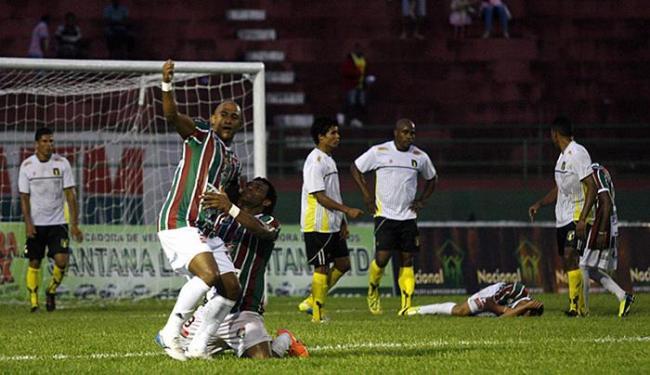 Jogadores comemoram a virada do Fluminense de Feira, conquistada após expulsões do Grapiúna - Foto: Luiz Tito l Ag. A TARDE