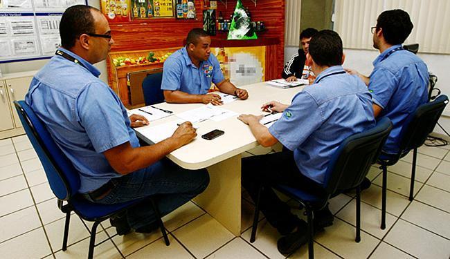 Funcionários da Ambev realizam reunião: empresa contratou 120 trabalhadores no 1º trimestre do ano - Foto: Mila Cordeiro l Ag. A TARDE
