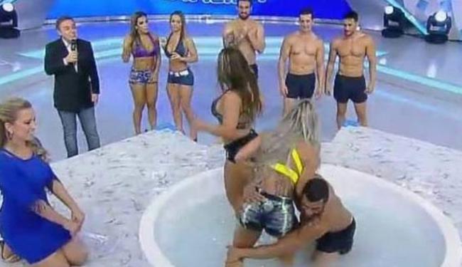 As roupas usadas pelos participantes parece não ter agradado muito - Foto: Reprodução | TV Record