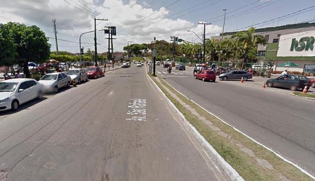 Para ter acesso ao estacionamento (à esq.) é preciso atravessar as duas pistas em frente ao hospital - Foto: Reprodução | Google Street View