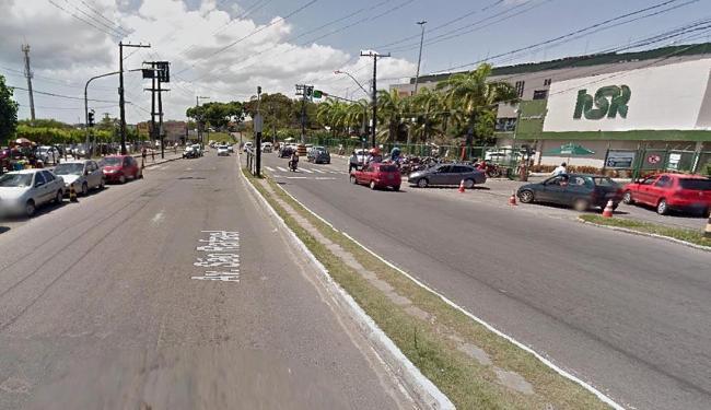 Para ter acesso ao estacionamento é preciso atravessar as duas pistas em frente ao hospital - Foto: Reprodução   Google Street View