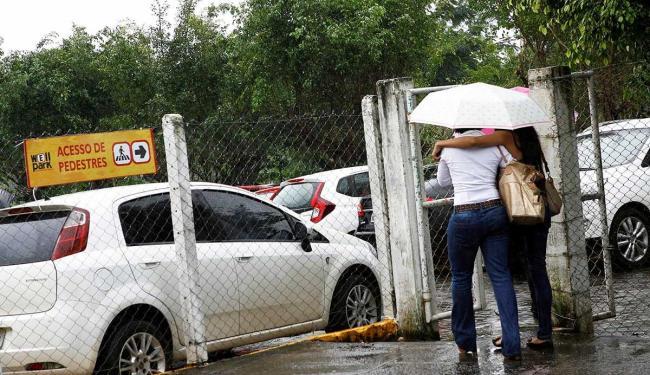Entrada e saída de pedestres no estacionamento do hospital não passam por controle - Foto: Marco Aurélio Martins | Ag. A TARDE