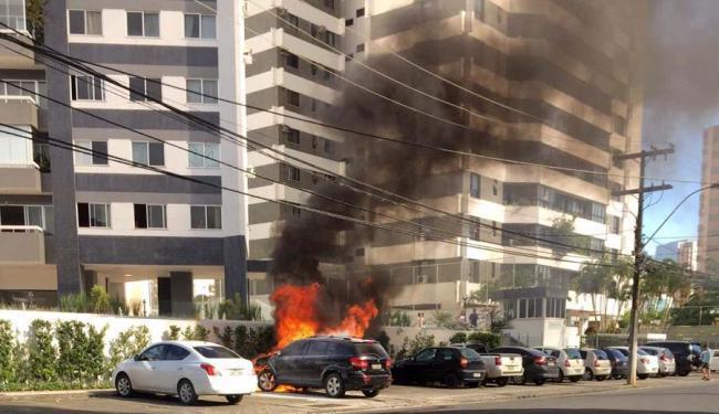 Carro pega fogo e gera fumaça preta na rua - Foto: Lívia Lins   Cidadão Repórter   Via Whatsapp