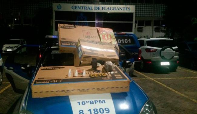 Vários objetos, como duas televisões, foram encontrados com os bandidos - Foto: Reprodução   Polícia Militar