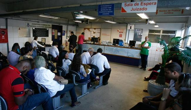 Muitas pessoas aguardavam por atendimento no saguão do Juizado Especial na Unijorge - Foto: Raul Spinassé | Ag. A TARDE
