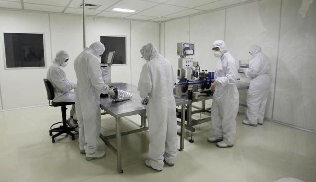 Laboratório da Bahiafarma, no Centro Industrial de Aratu: unidade exigiu investimentos de R$ 12 milh - Foto: Carol Garcia | Govba