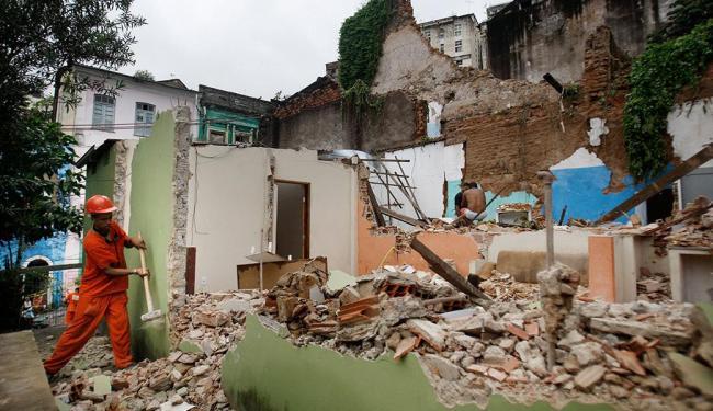 Funcionários da Sucom derrubaram ruínas de imóveis atingidos por desabamento - Foto: Raul Spinassé | Ag. A TARDE