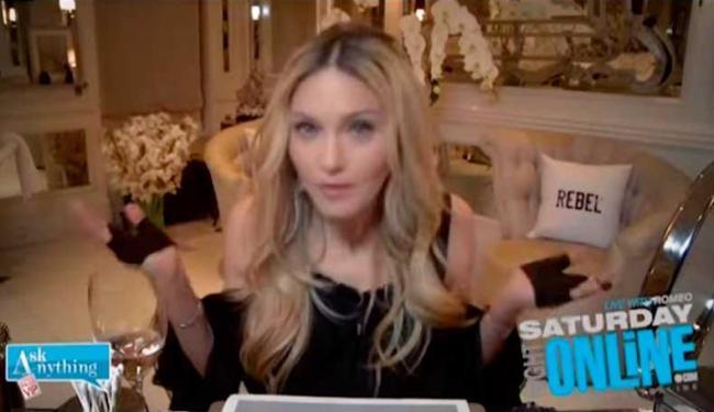 Aparentemente, a rainha do pop não percebeu a movimentação do ratinho - Foto: Reprodução | YouTube